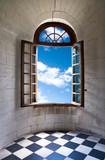 Zamkowe okno z widokiem na niebo - 7169714