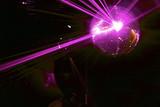 Fototapety boule a facettes avec rayons laser rose soirée en discothèque