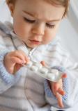 bébé médicament danger maladie avaler risque jouer poison poster
