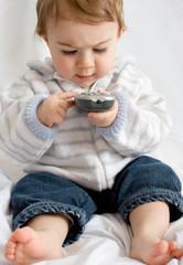 bébé télécommande tv télévision enfant savoir faire technologie2