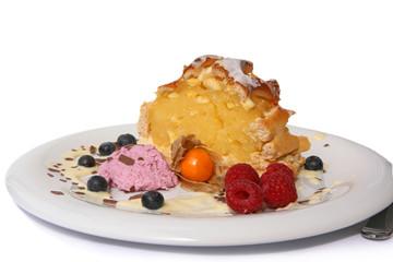 Kuchen mit Mousse und Früchte