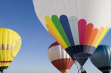 Bunte Heißluftballons steigen in den blauen Himmel