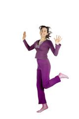 ragazza viola salto felice allegra