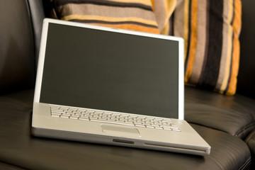 Laptop auf Sofa