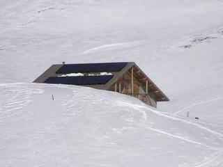 1574 - Panneaux solaires sur refuge en haute montagne