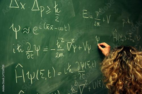 étudiante ecrivant des équations au tableau плакат