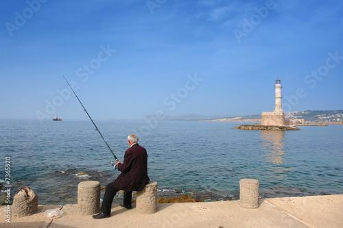 """pêcheur au port de la Canée """"Hania"""" en Crète"""