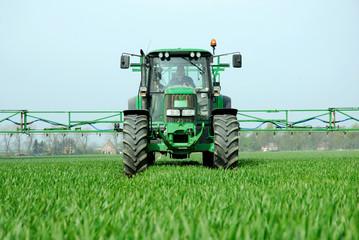 Traktor bei der Feldarbeit