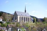 idylle einer kleinstadt mit kirche poster