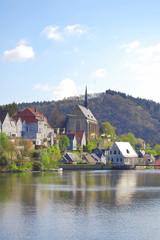 idylle einer kleinstadt mit kirche
