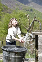 bambina che gioca con l'acqua