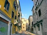 Rue tranquille de Venise au soleil, Italie. poster