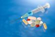 Tabletten und Spritze
