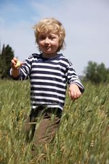 nino en el campo