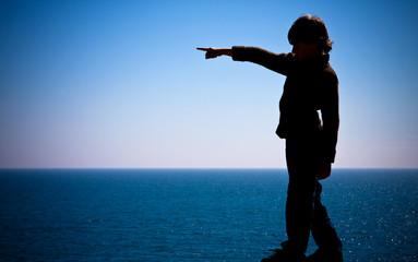 montrer silhouette enfant pointer doigt nature mer désigner resp
