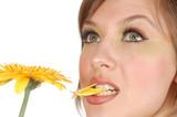 krása přemýšlivý dívka sousto lístku žluté herbera