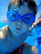 Junge unter Wasser im Schwimmbad