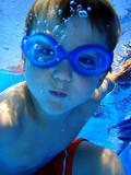 Junge unter Wasser im Schwimmbad - Fine Art prints