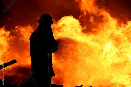 Fireman fighting a fire - 7586122