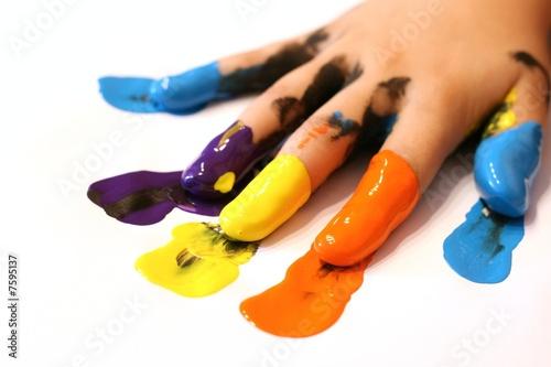 Kinderhand mit bunten Farben an den Fingern