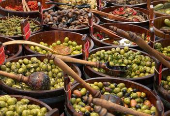 Oliven - grüne und schwarze Oliven vom Markt