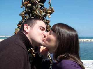 bacio e lucchetti dell'amore