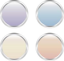 Vier farbige Buttons (Pastelltöne) mit silbernem Rand