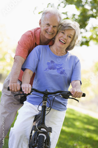 Poster Senior couple on cycle ride
