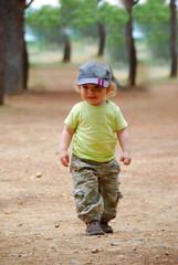 petit garçon qui marche dans la forêt
