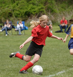 Tineri jucător de fotbal pe teren Teen Gata de Kick Ball