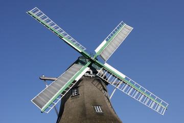 Windmühlenflügel vor wolkenlosem Himmel