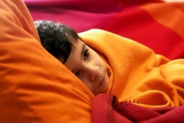 criança em cobertor laranja