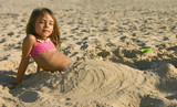 fillette jouant dans le sable sirène poster