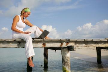 Mujer Sentada al Sol con Laptop