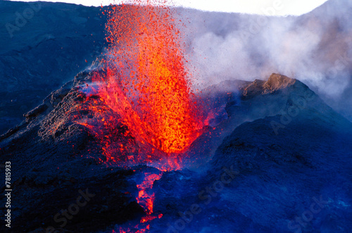 eruption du piton de la fournaise - 7815933