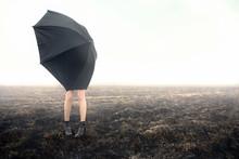 Mädchen mit Regenschirm auf schwarzem Feld