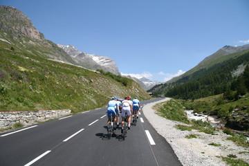 Groupe de cyclistes en pleine ascension