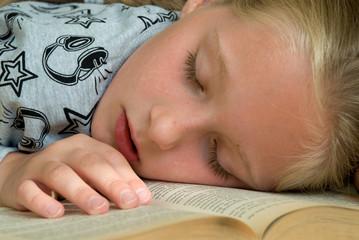 Beim lesen eingeschlafenes Kind