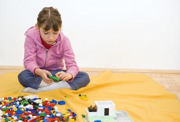 Kind spielt mit Bausteine