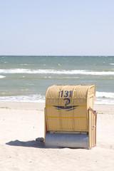 Strandkorb am Strand im Sommer bei hellem Sonnenschein