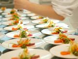profikoch bereitet sashimi tellerreihen bankett gastronomie poster