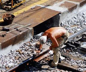 operaio in cantiere ferroviario