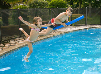 en plein saut dans la piscine