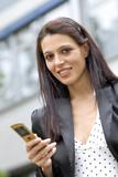 Junge Frau schreibt eine SMS poster