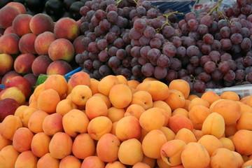 frutta (albicocche, uva, pesche)
