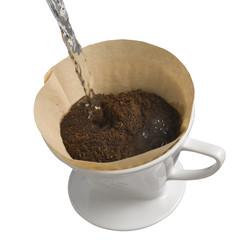Kaffee kochen im Porzellan Kaffeefilter, freigestellt