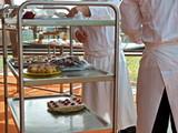 profikoch bereitet dessert büffet,bankett gastronomie poster