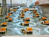 profikoch bereitet sushi tellerreihen,bankett,gastronomie poster