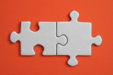 Pieces de puzzle blanc sur fond orange