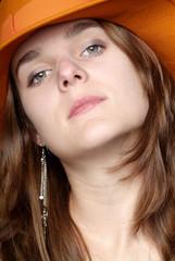 Frau mit orangem Hut